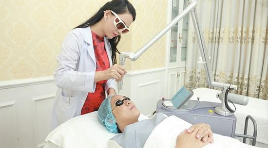 Ths. Bác sĩ Huỳnh Tuyết Như trực tiếp điều trị nám da bằng công nghệ cao